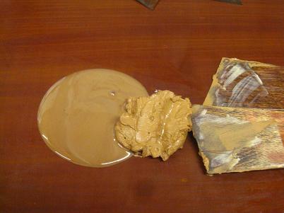 砥粉を水で練った泥と、生漆を混ぜて、漆の下地を作る