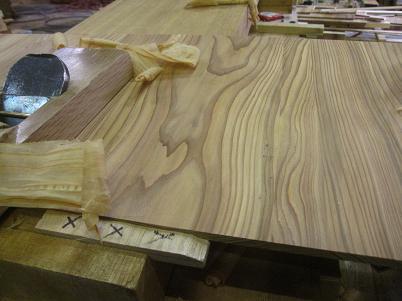 水屋箪笥、棚板、杉板のカンナがけ