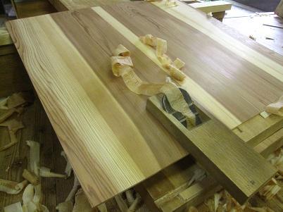 水屋箪笥、杉板のカンナがけ