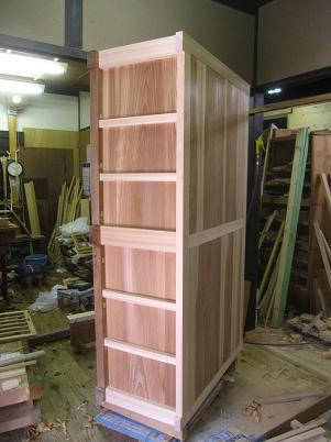 水屋箪笥、檜の框組と杉板