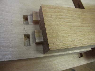 桜の書斎机、引き出し棚板のホゾ加工