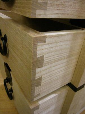 桐箪笥、引き出し前板の桐、無垢、柾目の断面
