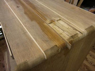 桐たんすの胴板を割って修正