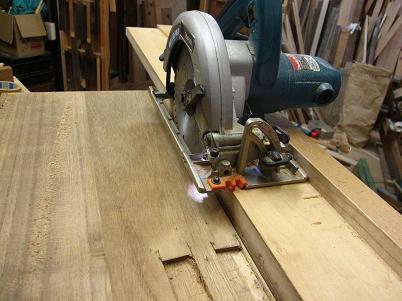 桐たんすの胴板を機械で挽き割る