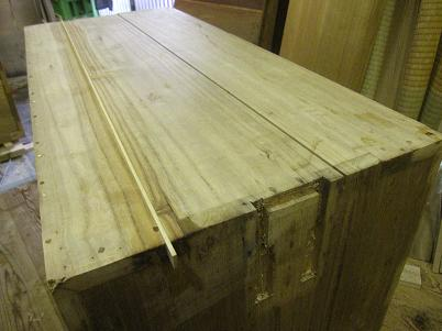 桐たんす修理、虫喰い部分を割取り、埋木をして修復