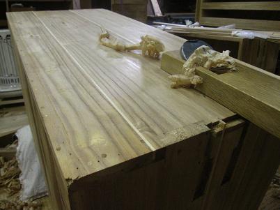 桐たんす修理、埋木し修復後、鉋で平に削る