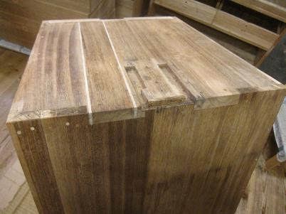 桐たんす修理、側板、反りと接ぎ切れの部分を割って埋木する