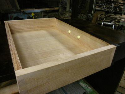 桜の書斎机、引き出しは、桐材です