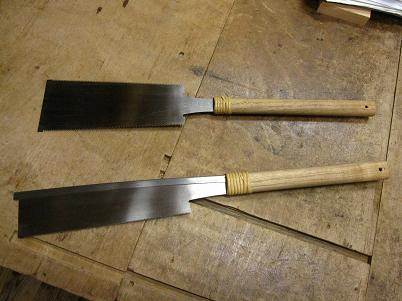 鋸の刃に柄をすえる