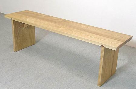 タモ材で作った木のベンチ