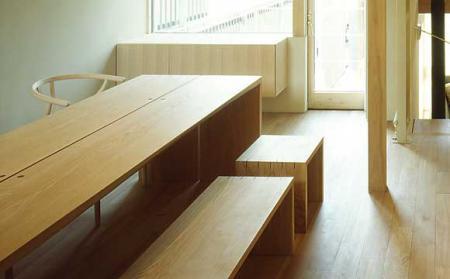 オシャレなデザインのダイニングテーブルとベンチ