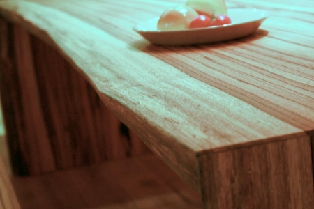 耳付の一枚板のテーブル