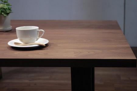 色と木目が美しいウォールナットのテーブル天板