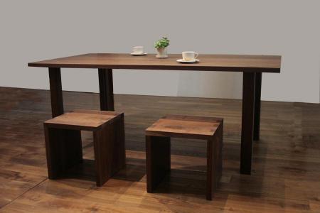 スッキリしたデザインのテーブルとイス