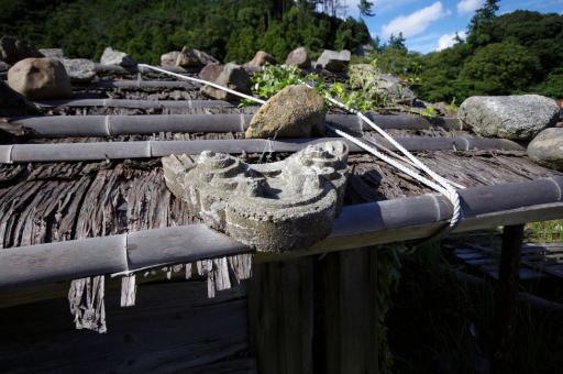 杉皮葺き石置屋根