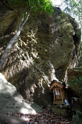 御陵神社の岩