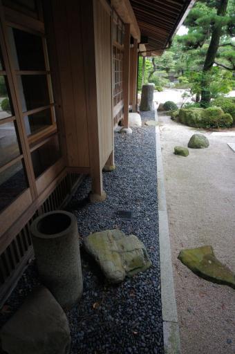 立手水と沓脱石