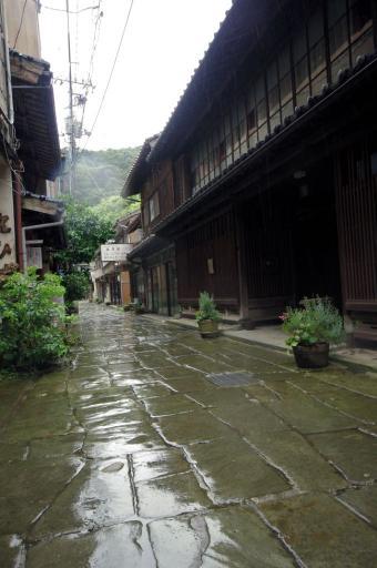 雨の青石畳通り