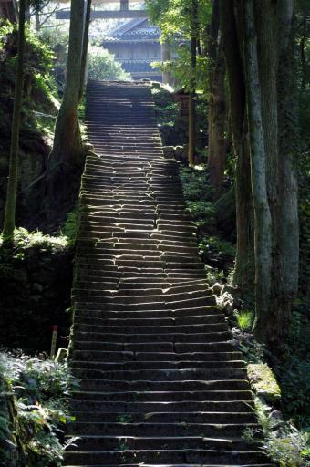 佐毘売山神社のゆがんだ石段