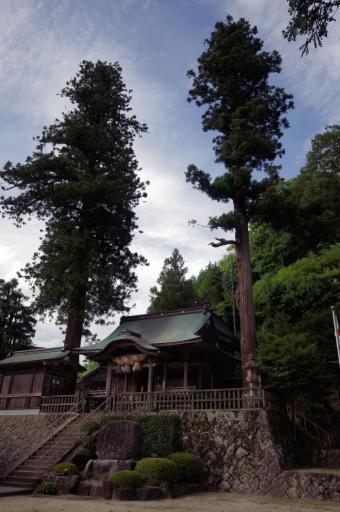 須賀神社拝殿と八雲立つの歌碑