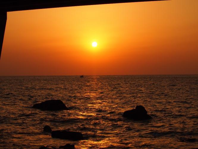 橋の下から 夕陽を