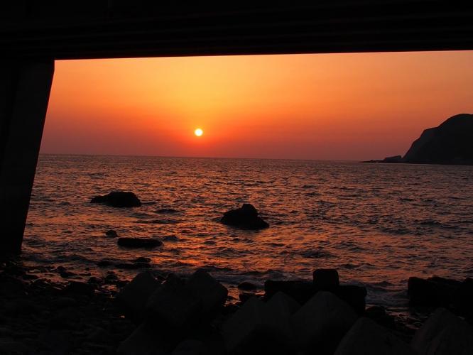 橋桁から夕陽を