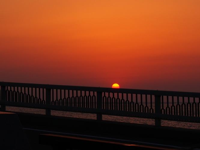 欄干に夕陽を
