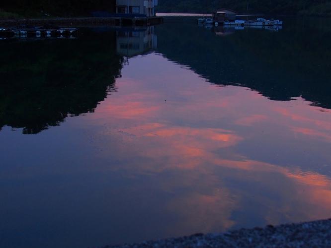 湾に映る夕焼