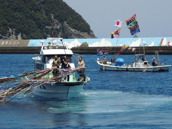 見送りの漁船