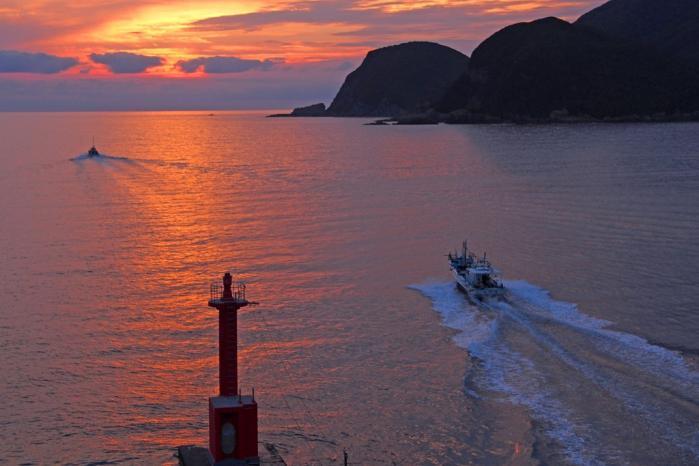 夜釣りの漁船 2