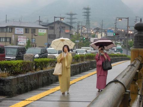 雨コートの2人!
