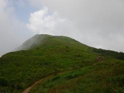 下山途中、後方に伊吹山が