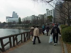 ⑤桜門を目指して清掃 (3)