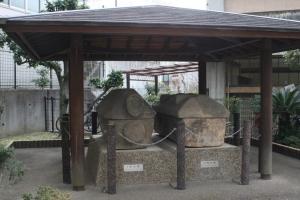 ⑩家形石棺