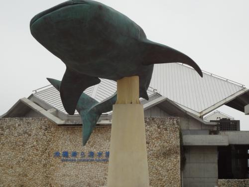 沖縄美ら海水族館の入口です。ジンベエザメのモニュメント前