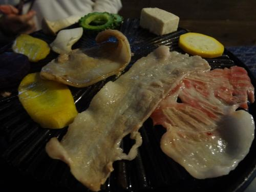 肉は脂がのっている部位から焼きます