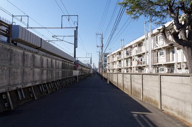 神奈川県営鶴ヶ峰団地と新幹線高架