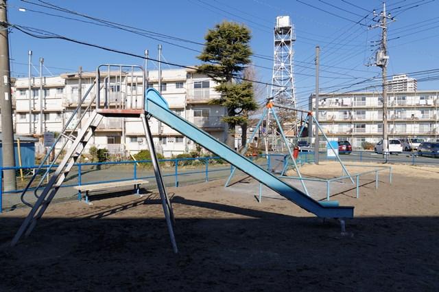 神奈川県営鶴ヶ峰団地の遊具と給水塔
