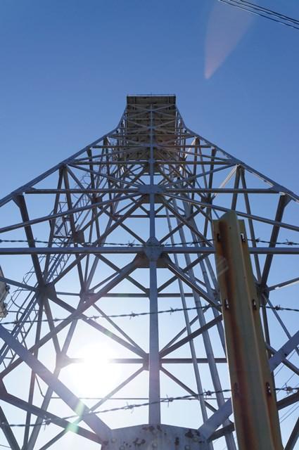 逆光の神奈川県営鶴ヶ峰団地給水塔