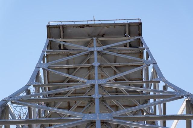 下から見た神奈川県営鶴ヶ峰団地給水塔