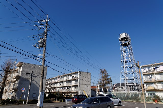 神奈川県営鶴ヶ峰団地の住棟と給水塔