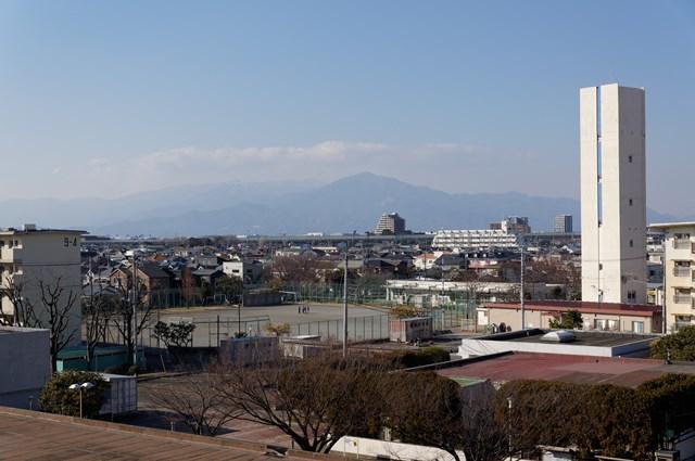 遠くから見た公団浜見平団地の給水塔と広場