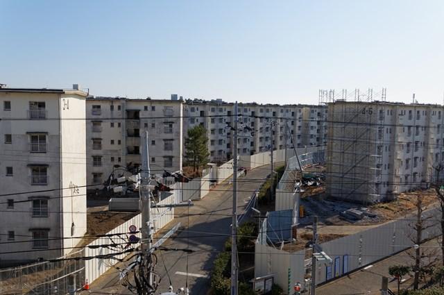 囲われた公団浜見平団地の住棟群