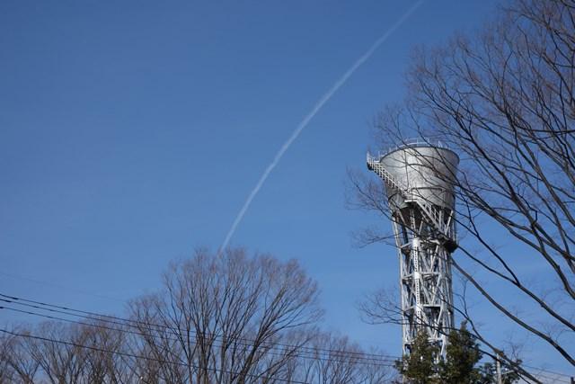 公団ひばりヶ丘団地の給水塔と飛行機雲