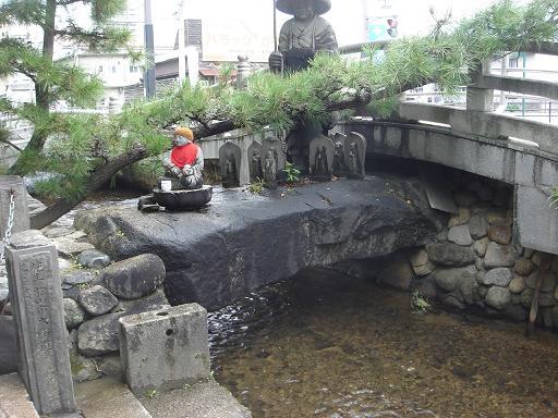 渡らずの橋・衛門三郎像.JPG