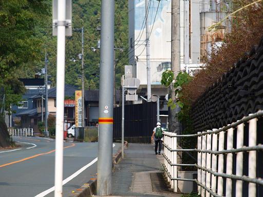 内子の町を去る歩き遍路.JPG