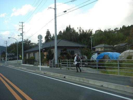 三坂峠に向う歩き遍路.JPG