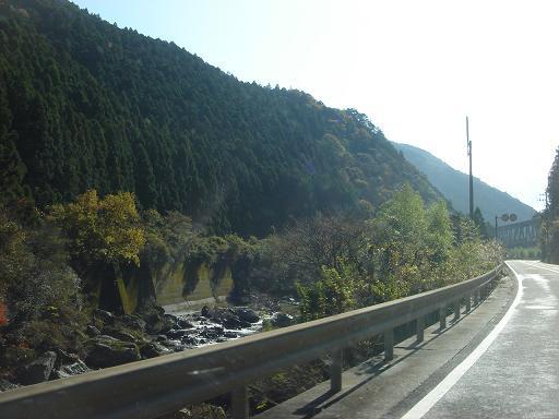 穴内川沿いの国道32号線.JPG