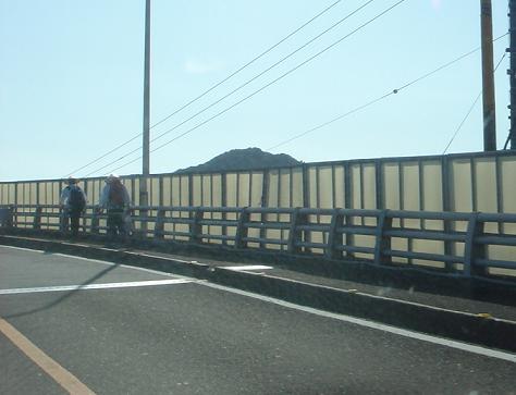 宇佐大橋を渡るお遍路.JPG
