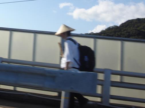 宇佐大橋を渡るお遍路2.JPG